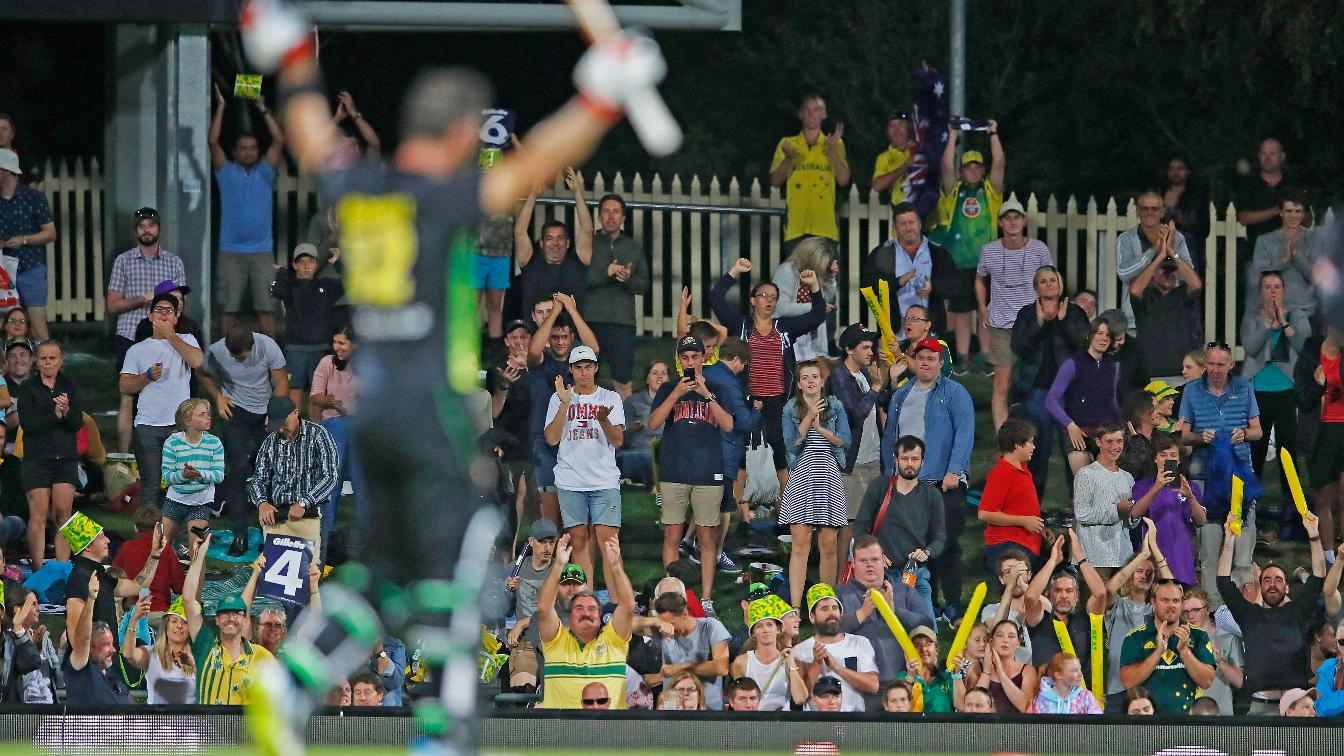 HOBART HURRICANE - Maxwell sends the crowd in raptures