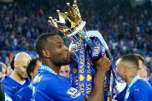 Wes Morgan kisses the Premier League trophy